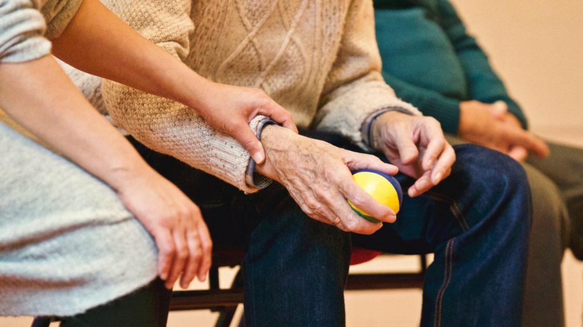 מטפלת סיעודית לקשישים – פרטית או מטעם חברה?